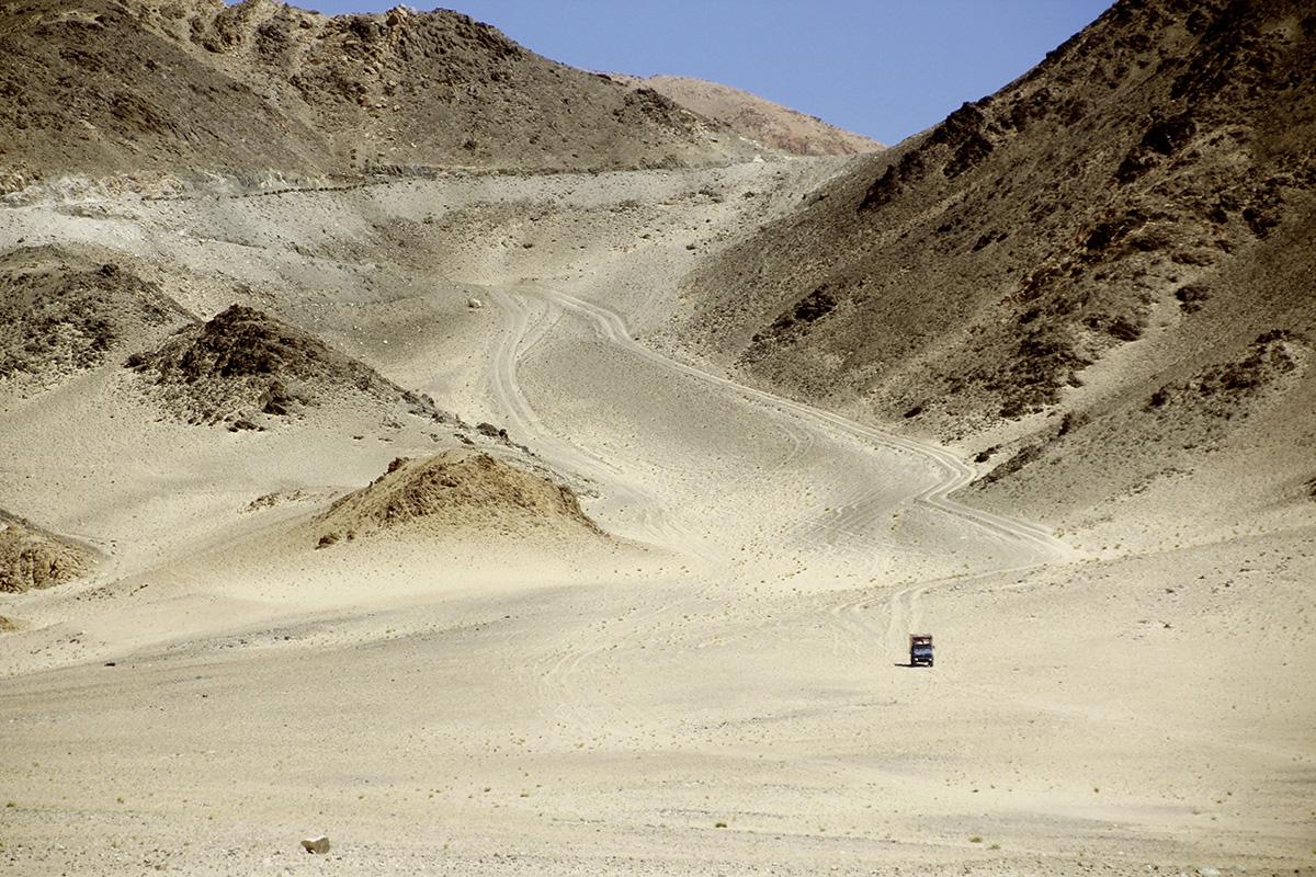 Offroad-Freude in einer Sandwüste bei Leh in Ladakh.