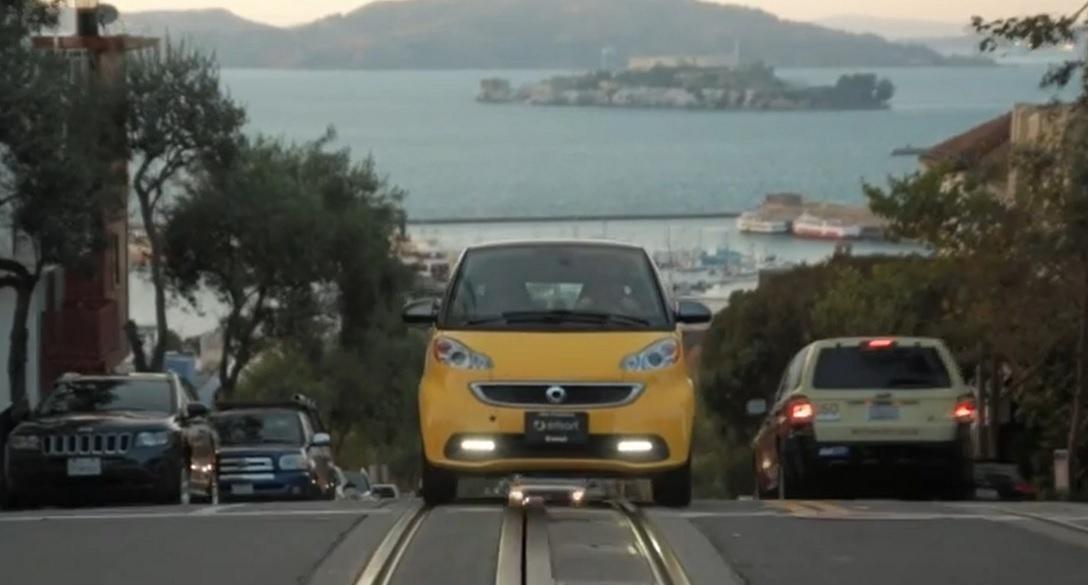 Smart fortwo: cea mai mică mașină pare atât de mare în America!