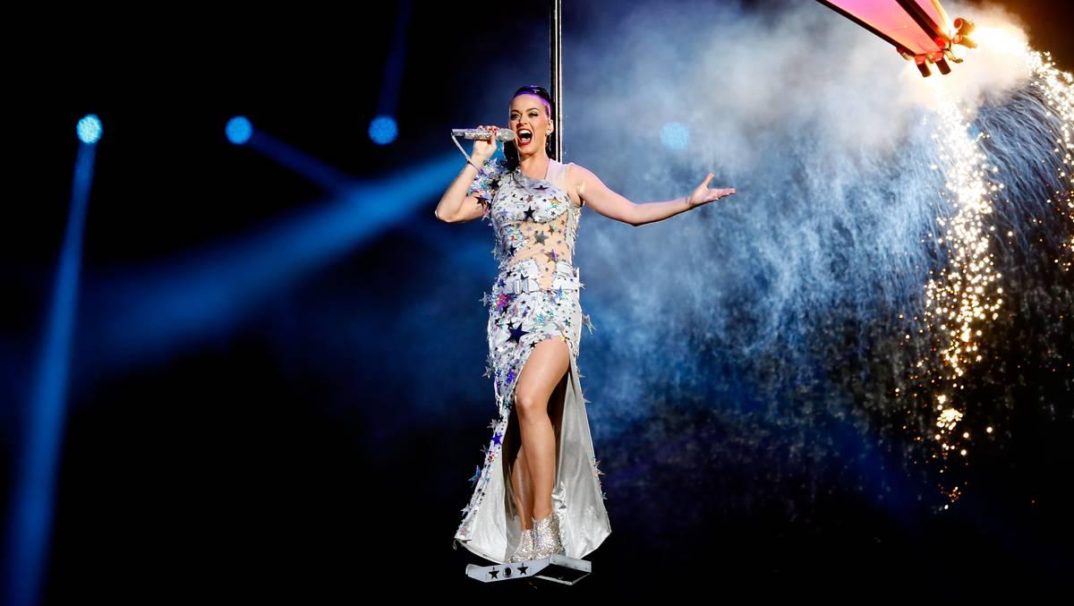 Katy Perry reclama Mercedes-Benz