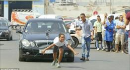O adolescentă trage un Mercedes cu părul