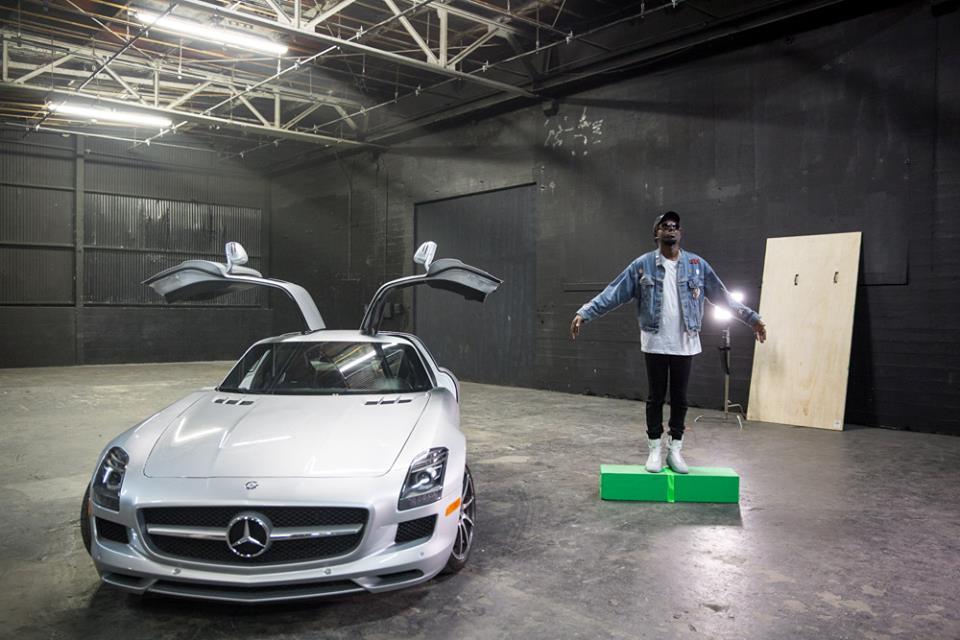 SLS-ul cu portiere gullwing îl face să zboare pe Theophilus London, protejatul lui Kanye West