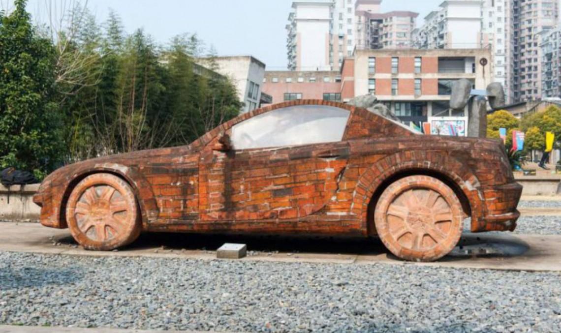 Un artist chinez a construit un Mercedes-Benz SLK din cărămizi