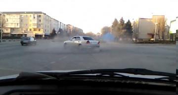 Un șofer nebun face piruete în giratoriu cu Mercedes-ul