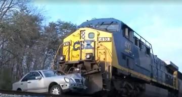 VIDEO. Un tren lovește un Mercedes, toți scapă cu bine