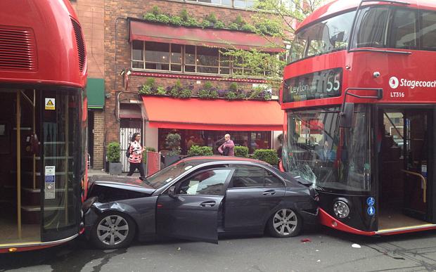 Ce aglomerație în Londra! Mercedes făcut sandwich de două autobuze