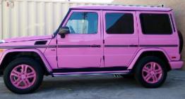Mai roz de atât nu se poate. O cântăreață cu G-Class roz