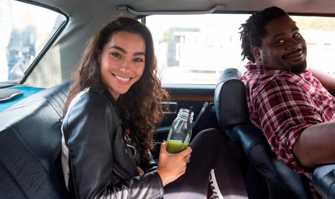 Faceți cunoștință cu taximetristul perfect! Ar merge și la sală pentru voi! Video