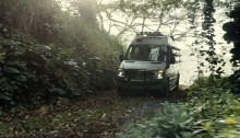 Der Mercedes-Benz Sprinter fährt durch den Dschungel von Jurassic World. // Mercedes-Benz Sprinter driving through the Jurassic World jungle.