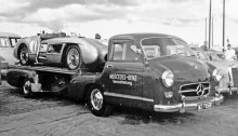 """Großer Preis von Schweden, Kristianstad, 07.08.1955. Mercedes-Benz Schnellrenntransporter """"Das blaue Wunder"""" mit dem Siegerwagen Typ 300 SLR (W 196 S) auf der Ladefläche."""