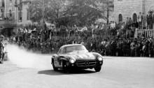 Mille Miglia, Brescia in Italien, 1. Mai 1955. Sieger in der Serien-Sportwagenklasse: John Cooper Fitch und Kurt Gesell (Startnummer 417) auf Mercedes-Benz Tourensportwagen Typ 300 SL (W 198).