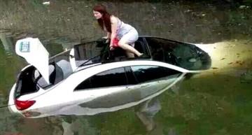 Și-a parcat Mercedes-ul în râu!