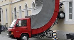 Banc cu polițiști? Camion Mercedes-Benz sculptat amendat că a parcat aiurea