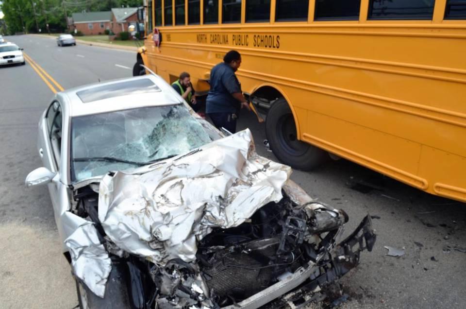 Nu te pune cu un autobuz nici dacă ai un Mercedes!