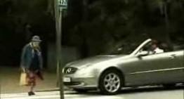 O bunicuță declanșează airbag-ul unui Mercedes