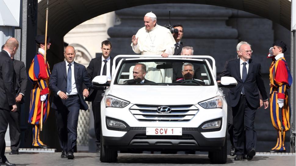 Papa renunță la Mercedes pentru un papamobil Hyundai