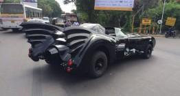 Batman a plecat la plimbare în Batmobil