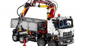 Haideți la joacă! Lego construiește camionul Mercedes-Benz Arocs