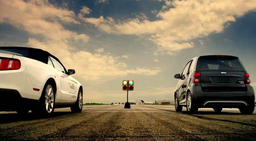 Un smart mic și pitic se ia la întrecere cu cele mai fioroase mașini din lume