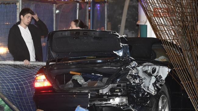 Un adolescent cu permisul suspendat a făcut praf Mercedes-ul familiei
