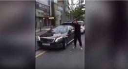 Un șofer nervos își face praf Mercedes-ul cu crosa de golf