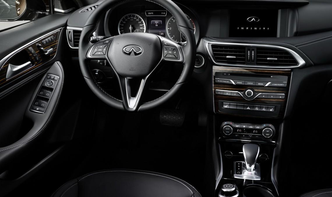 Noul Infiniti Q30 face abuz de piese Mercedes la interior
