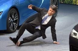 BMW în cădere? CEO-ul se prăbușește în timpul prezentării la Frankfurt
