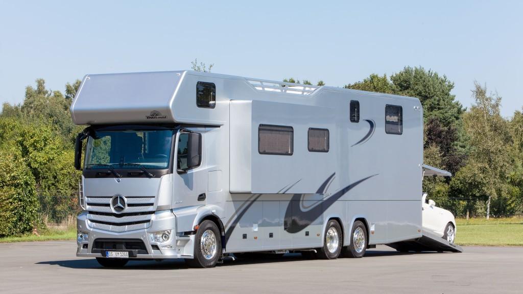 Vehiculul recreațional Vario Alkoven 1200 Mercedes-Benz poate înghiți un SLK