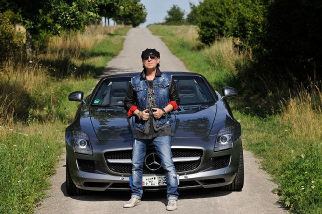 """Rock ca un uragan"" – Solistul de la Scorpions conduce un SLS AMG Roadster"