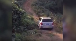Un șofer asiatic încearcă să urce un Mercedes-Benz GLK pe deal. Vedeți ce i se întâmplă!