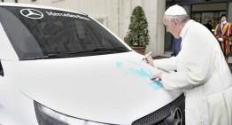 Papa Francisc binecuvântează primul Mercedes-Benz Vito construit în țara sa natală