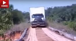 VIDEO: Un camion Mercedes se pune cu un pod de lemn. Și pierde