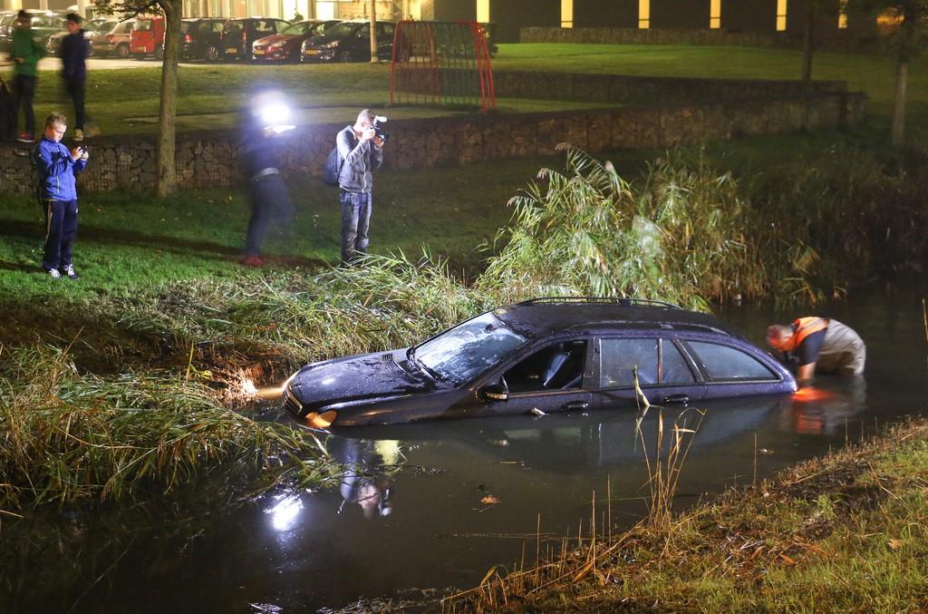 """""""Ajutor! Mașina mea se îneacă!"""" Un șofer olandez a parcat în mlaștină. VIDEO"""