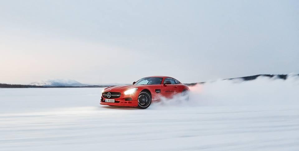 Roșu și rău! Mercedes-AMG GT a ieșit la joacă în zăpadă