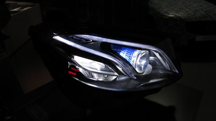 Noul E-Class face o demonstrație cu farurile inteligente MULTIBEAM LED