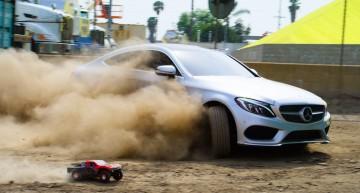 Cea mai tre cursă! C-Class Coupe se ia la întrecere cu un expert în parkour și cu o mașină de jucărie