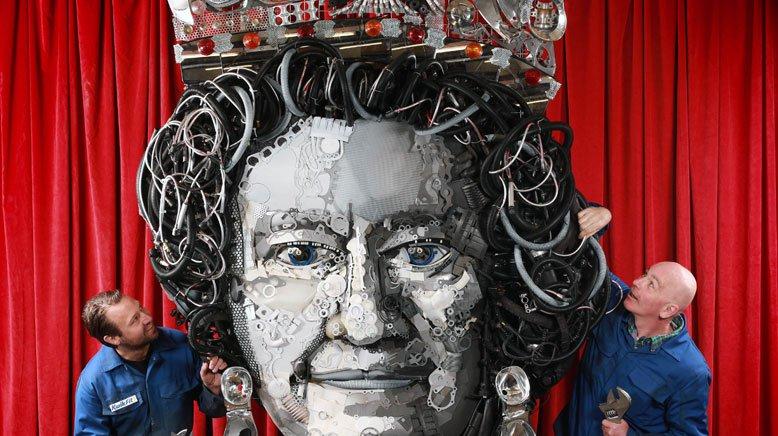 Regina pieselor auto – Un service construiește portretul reginei Elisabeta din piese auto