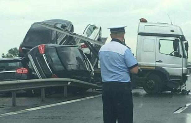 ACCIDENT SPECTACULOS. Un TIR plin cu masini noi Mercedes s-a facut praf