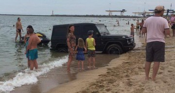 G-Class la apa! Mașina era cât pe ce să se înece în Marea Neagră!