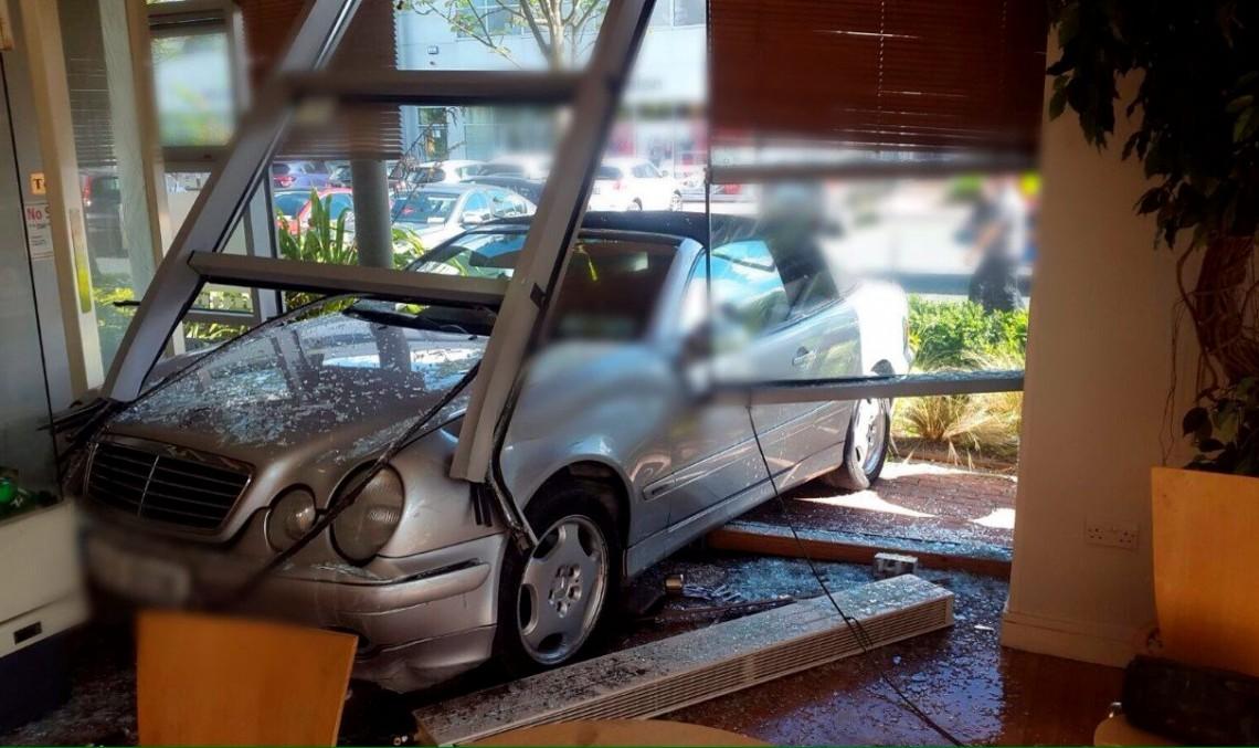 Un șofer a intrat cu Mercedes-ul într-o cafenea în Dublin