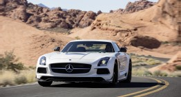 Materialista! O domnișoară acceptă avansurile unui domn care conduce un Mercedes SLS AMG