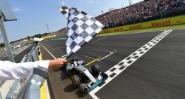 Hamilton îl învinge pe Rosberg într-o cursă de senzație pentru Mercedes-AMG PETRONAS