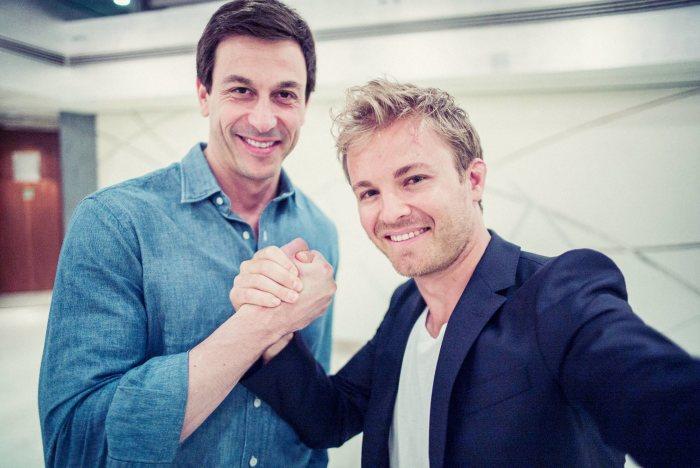 Nico Rosberg negocia cu Mercedes-AMG PETRONAS încă din luna aprilie. Neamțul l-a angajat pentru a-i apăra interesele la negocieri pe nimeni altul decât fostul pilot de legendă Gerhard Berger, un austriac ca și șeful diviziei de motorsport de la Mercedes-AMG, Toto Wolff. Actualu său contract expira la finele acestui sezon. Noua înțelegere aduce în contul lui Rosberg 20 de milioane de euro anual.
