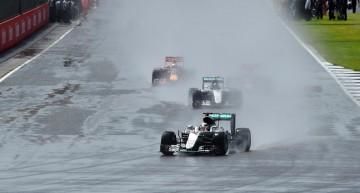 Hamilton câștigă pe ploaie, Rosberg sub investigație la Silverstone