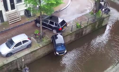Actrița Selma Hayek împinge un smart în râu și fuge de la locul accidentului