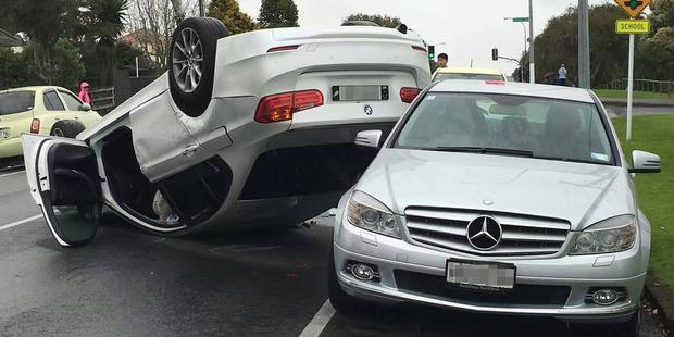 Accident în lanț, un BMW se rostogolește peste un Mercedes