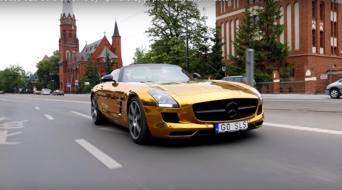 La soare te poți uita – un Mercedes SLS AMG de aur umblă liber pe străzile din Polonia