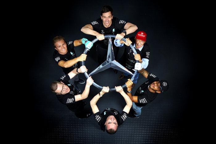 Petrecerea campionilor! Mercedes-AMG PETRONAS sărbătorește al treilea titlu