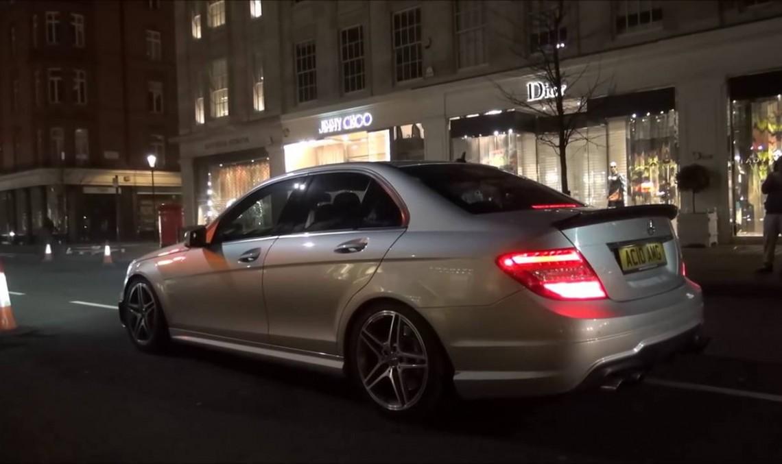 Un Mercedes-AMG C63 super zgomotos declanșează alarmele magazinelor