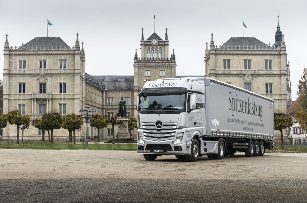 Un brad pentru Regină! Un camion Mercedes-Benz i-a adus Elisabetei a II-a bradul de Crăciun