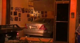 Un Mercedes-Benz intră în plin într-un restaurant din Miami, Florida